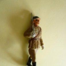 Figuras de Goma y PVC: SOLDADO DESFILE EN GOMA. Lote 104192671