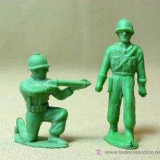 Figuras de Goma y PVC: 2 FIGURAS PLASTICO, QUIOSCO, PIPEROS, SOLDADOS, WW2. Lote 15959062