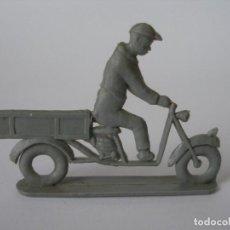 Figuras de Goma y PVC: FIGURA SEMIPLANA MONOCOLOR SEÑOR EN MOTOCARRO PREMIUM, PIPERO AÑOS 60. Lote 95619459