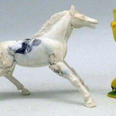 Figuras de Goma y PVC: VAQUERO CON PISTOLA EN ALTO Y CABALLO MANUEL SOTORRES PLÁSTICO AÑOS 70. Lote 97932551