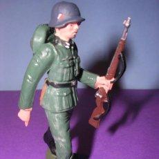 Figuras de Goma y PVC: STARLUX AÑOS 60 SOLDADO ALEMAN EN SU CAJA ORIGINAL. Lote 26554836