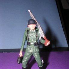Figuras de Goma y PVC: STARLUX AÑOS 60 SOLDADO ALEMAN EN SU CAJA ORIGINAL. Lote 26554837