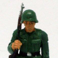 Figuras de Goma y PVC: SOLDADO ALEMÁN CON FUSIL STARLUX 2ª SEGUNDA GUERRA MUNDIAL AÑOS 70 PLÁSTICO. Lote 26841295