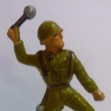 Figuras de Goma y PVC: MUÑECO DE GOMA SOLDADO LANZANDO GRANADA O BOMBA DE MANO MARCA STARLUX AÑOS 60. Lote 52934509