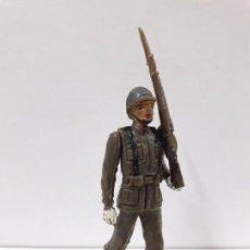 Figuras de Goma y PVC: SOLDADO ESPAÑOL EN DESFILE . REALIZADO POR TEIXIDO . AÑOS 60. Lote 100418679