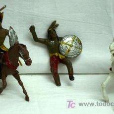 Figuras de Goma y PVC: DOS INDIOS A CABALLO Y UN VAQUERO SIN PINTAR. Lote 5299566