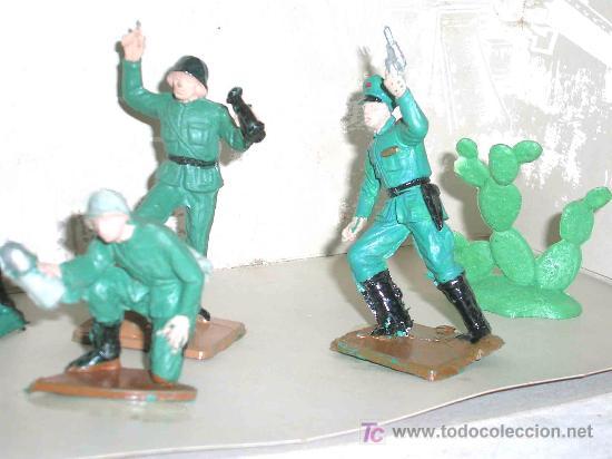 Figuras de Goma y PVC: Caja soldados Alemanes y complementos, plástico, Pech, original años 60-70. - Foto 3 - 27200891