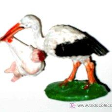 Figuras de Goma y PVC: RARA FIGURA DE CIGÜEÑA CON NIÑO, FABRICADA EN GOMA POR LA CASA LAFREDO, AÑOS 50-60.. Lote 50936827
