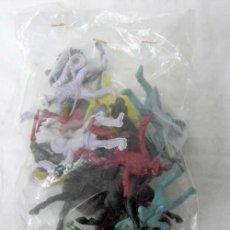 Figuras de Goma y PVC: BOLSA CON 9 FIGURAS INDIOS Y VAQUEROS Y 5 CABALLOS SIN PINTAR DE COMANSI AÑOS 70. Lote 7707741