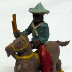 Figuras de Goma y PVC: VAQUERO DE CAPELL A CABALLO EN GOMA AÑOS 50 MEDIDA 4 CM. Lote 11068551