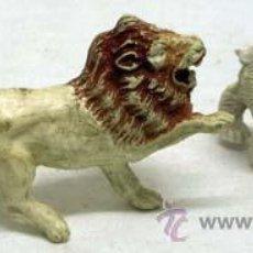 Figuras de Goma y PVC: LEÓN Y OSO POLAR DE PECH EN PLÁSTICO AÑOS 60. Lote 59110171