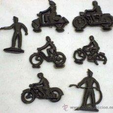 Figuras de Goma y PVC: CINCO MOTORISTAS PLANOS Y DOS DE PIE MONTA PLEX EN PLÁSTICO AÑOS 70. Lote 11625037