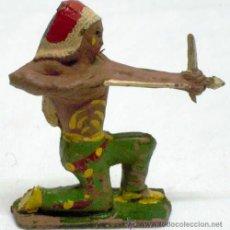 Figuras de Goma y PVC: JEFE INDIO RODILLA A TIERRA DE CAPELL EN GOMA AÑOS 50. Lote 11654355
