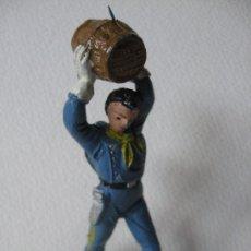 Figuras de Goma y PVC: SOLDADO TIRANDO UN BARRIL.. Lote 25597617
