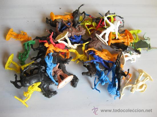 LOTE DE MUÑECOS DE PLASTICO DE INDIOS Y VAQUEROS DE LOS AÑOS 70 U 80 (Juguetes - Figuras de Goma y Pvc - Otras)
