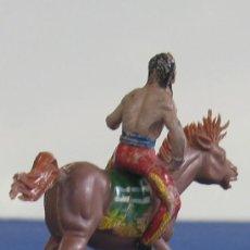 Figuras de Goma y PVC: GUERRERO INDIO A CABALLO , EN GOMA DE LAFREDO AÑOS 60. Lote 26725445
