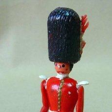 Figuras de Goma y PVC: RARA FIGURAS DE PLASTICO, TORRES MALTA, 1960S, OFICIAL BRITANICO, TIPO BOLOS, 9 CM. Lote 24688415