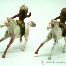 Figuras de Goma y PVC: 2 JEFES INDIOS DE SOTORRES EN GOMA A CABALLOS DE PLÁSTICO AÑOS 60. Lote 26658558