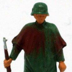 Figuras de Borracha e PVC: SOLDADO ALEMÁN CON FUSIL Y MANTA STARLUX 2ª SEGUNDA GUERRA MUNDIAL AÑOS 70 PLÁSTICO. Lote 26841305