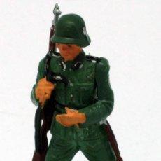 Figuras de Borracha e PVC: SOLDADO ALEMÁN CON FUSIL AL HOMBRO STARLUX 2ª SEGUNDA GUERRA MUNDIAL AÑOS 70 PLÁSTICO. Lote 26841316