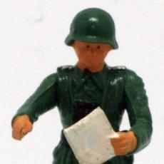 Figuras de Borracha e PVC: SOLDADO ALEMÁN CON MAPA STARLUX 2ª SEGUNDA GUERRA MUNDIAL AÑOS 70 PLÁSTICO. Lote 26841369