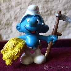 Figuras de Goma y PVC: PITUFO AGRICULTOR - SCHLEICH - WEST GERMANY - PEYO - 1981. Lote 27942813
