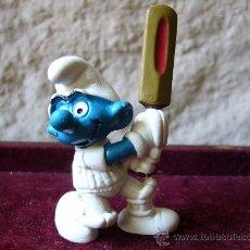 Figuras de Goma y PVC: PITUFO JUGADOR DE CRIQUET - SCHLEICH - WEST GERMANY - PEYO - 1980. Lote 27943942