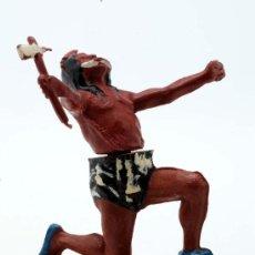Figuras de Goma y PVC: INDIO RODILLA EN SUELO DE GAMA GOMA AÑOS 50. Lote 27953592
