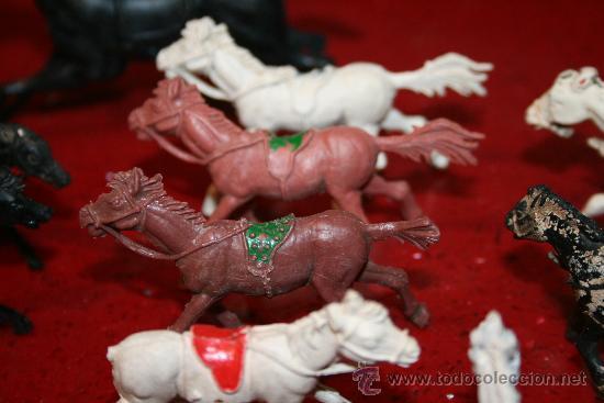 Figuras de Goma y PVC: LOTE 18 CABALLOS - VARIAS MARCAS Y TAMAÑOS - AÑOS 60 - Foto 2 - 30577597