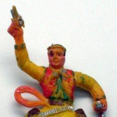 Figuras de Goma y PVC: VAQUERO A CABALLO DISPARANDO DE SOTORRES EN PLÁSTICO AÑOS 60. Lote 32143174