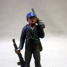 Figuras de Goma y PVC: FIGURA DE PLASTICO, SOLDADO, CASCO AZUL, FABRICADO POR JECSAN, 1970S. Lote 33513280
