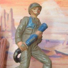 Figuras de Goma y PVC: SOLDADO CON LANZALLAMAS DE JECSAN, EN GOMA DE LOS AÑOS 50. RIO KWAI.. Lote 33572242