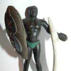 Figuras de Borracha e PVC: ARCLA, ANTIGUA FIGURA DE NEGRO DE GOMA DE ARCLA CON ALAMBRE - LLEVA UN ESCUDO Y UN COLMILLO DE ELEFA. Lote 35306397