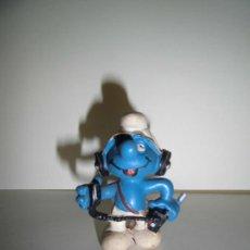 Figuras de Goma y PVC: PITUFO CON CASVO Y RADIO PEYO 1982 SCHLEICH. Lote 48399917