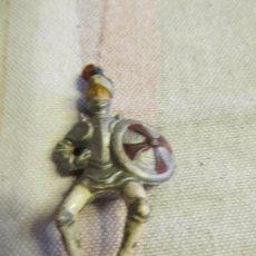 Figuras de Goma y PVC: M69 MUÑECO GOMA REAMSA CABALLERO MEDIEVAL ESCUDO REDONDO ROJO. Lote 38612785