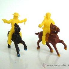Figuras de Goma y PVC: SOTORRES DOS VAQUEROS SOTORRES AMARILLOS CON CABALLOS ALCA-CAPELL. Lote 37175894