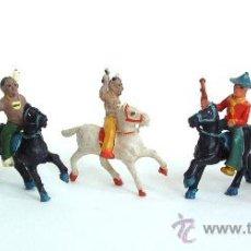 Figuras de Goma y PVC: 2 VAQUEROS Y TRES INDIOS A CABALLO ALCA-CAPELL. Lote 151101320