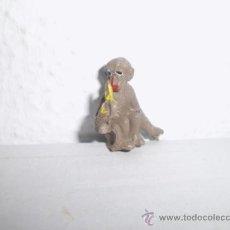 Figuras de Goma y PVC: MUY BUSCADO MUÑECO FIGURA MONO PECH COMIENDO PLATANO PFS. Lote 38362965