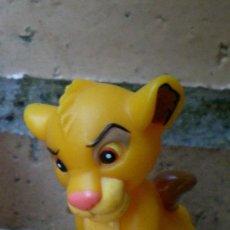 Figuras de Goma y PVC: FIGURA SIMBA EL REY LEÓN DISNEY. Lote 46257891
