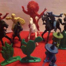 Figuras de Goma y PVC: LOTE DE FIGURAS DE INDIOS Y VAQUEROS DE LOS AÑOS 70. Lote 40759681