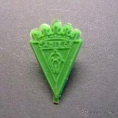Figuras de Goma y PVC: PIN DE PLASTICO PIPAS CHURRUCA ESCUDO DEL CADIZ CF. Lote 40971388