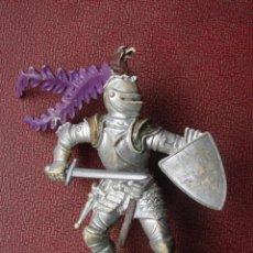 Figuras de Goma y PVC: CABALLERO CON ESPADA Y ESCUDO Y CASCO CON CABEZA DE ÁGUILA - BRITAINS. Lote 41467129