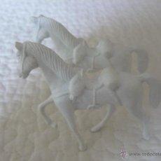 Figuras de Goma y PVC: 2 CABALLOS BLANCOS EN PLASTICO MARCA COMANSI. Lote 43305200