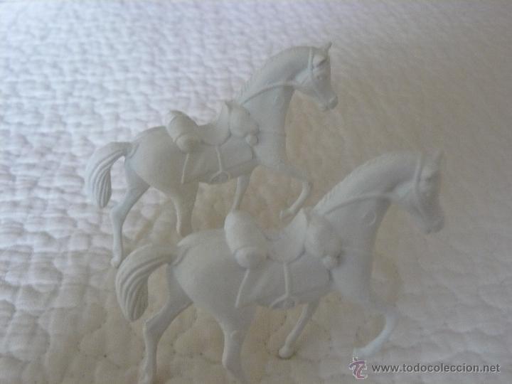 Figuras de Goma y PVC: 2 CABALLOS BLANCOS EN PLASTICO MARCA COMANSI - Foto 2 - 43305200