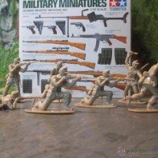 Figuras de Goma y PVC: LOTE FIGURAS 1/32 AIRFIX SOLDADOS DEL AFRICA KORPS ALEMANES Y CAJA TAMIYA CON ARMAS. Lote 109366958