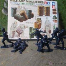 Figuras de Goma y PVC: LOTE FIGURAS 1/32 AIRFIX SOLDADOS DE INFANTERIA ALEMANES Y CAJA TAMIYA BIDONES. Lote 109367171