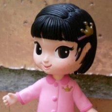 Figuras de Goma y PVC: FIGURA MUÑECA NIÑA 8 CM, EN PIJAMA ROSA. Lote 44336265