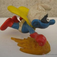 Figuras de Goma y PVC: PITUFO SUPERHÉROE VOLADOR CON ANTIFAZ - FIGURA DE PVC - PEYO - SCHLEICH - AÑO 1981.. Lote 44969195