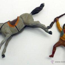 Figuras de Goma y PVC: VAQUERO A CABALLO CON FUSIL PECH HERMANOS GOMA AÑOS 50. Lote 45051680
