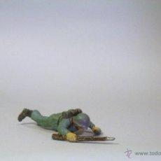 Figuras de Goma y PVC: PECH. SOLDADO ALEMÁN. ZAPADOR TUMBADO. GOMA. AÑOS 60. Lote 45259785